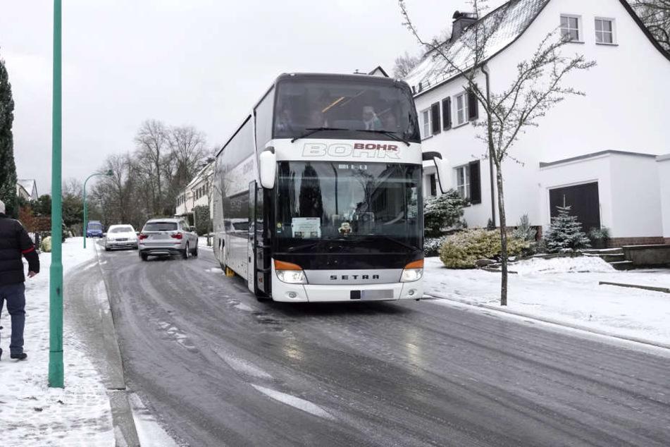 Auch in einigen Teilen von Chemnitz ging am Mittwochmorgen nichts mehr: Ein Reisebus stand auf der Salzstraße quer und behinderte den Verkehr.