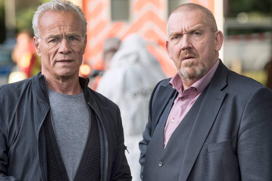 Max Ballauf (Klaus J. Behrendt, l.) und Freddy Schenk (Dietmar Bär) schauen bei ihrem neuen Fall etwas irritiert aus der Wäsche.