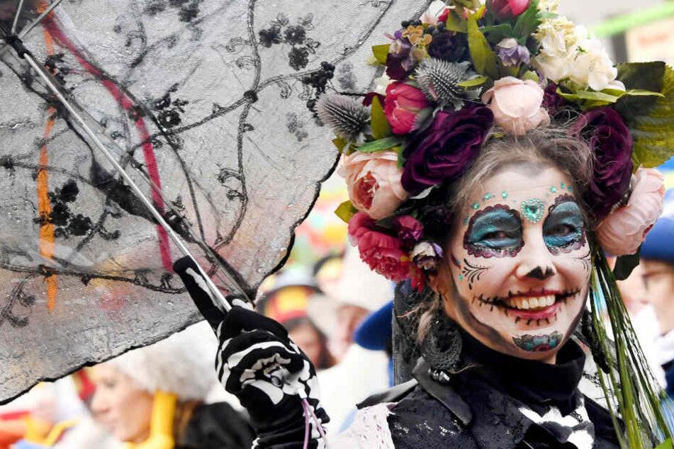 Karnevalisten ziehen beim Rosenmontagszug durch Marne. Der närrische Tag gilt als absoluter Höhepunkt des Straßenkarnevals in Schleswig-Holstein.