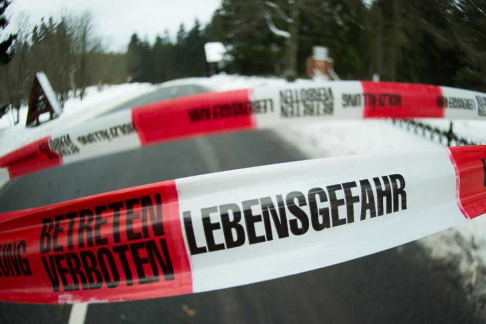 """""""Lebensgefahr - Betreten verboten"""" steht auf einem Absperrband."""