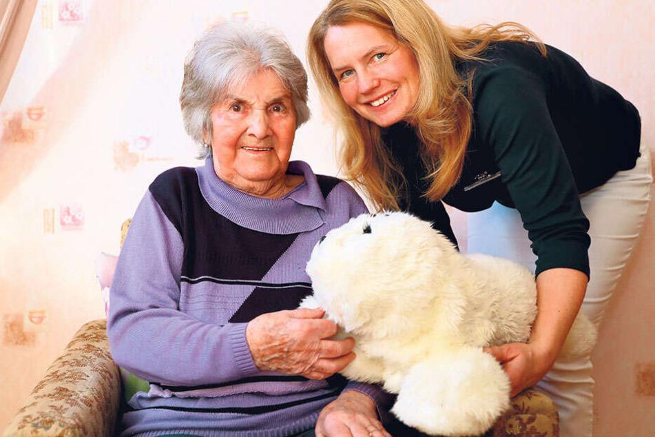 Marianne (89) hat die Plüschrobbe in ihr Herz geschlossen, mit der Heike Hartmann regelmäßig vorbeischaut.