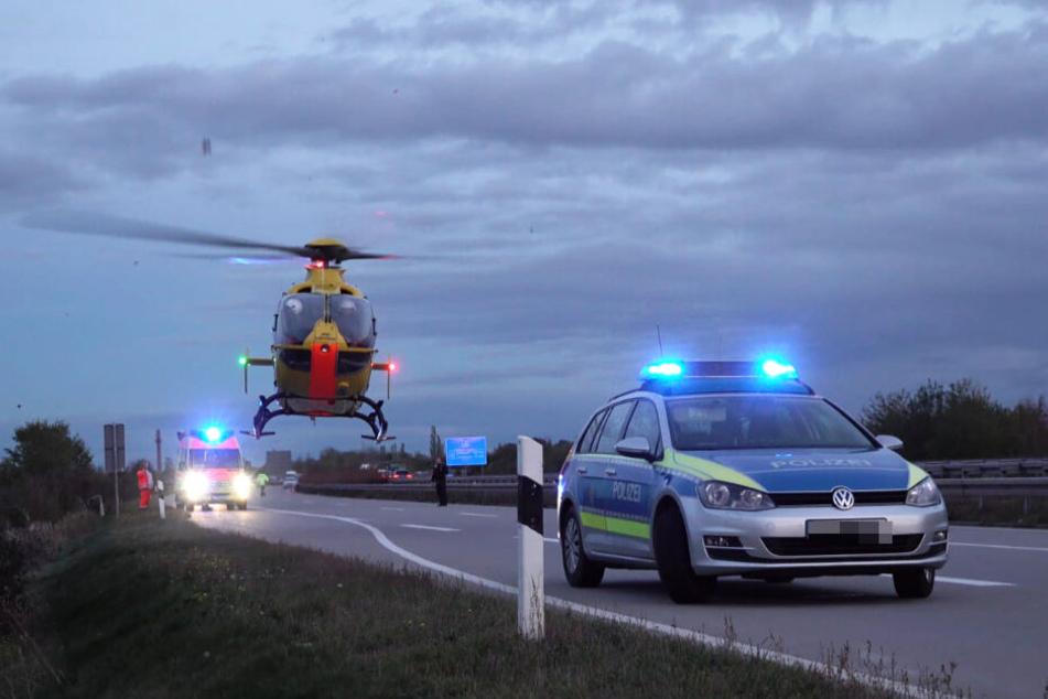 Der verletzte Fahrer wurde mit einem Rettungshubschrauber in ein Krankenhaus gebracht.