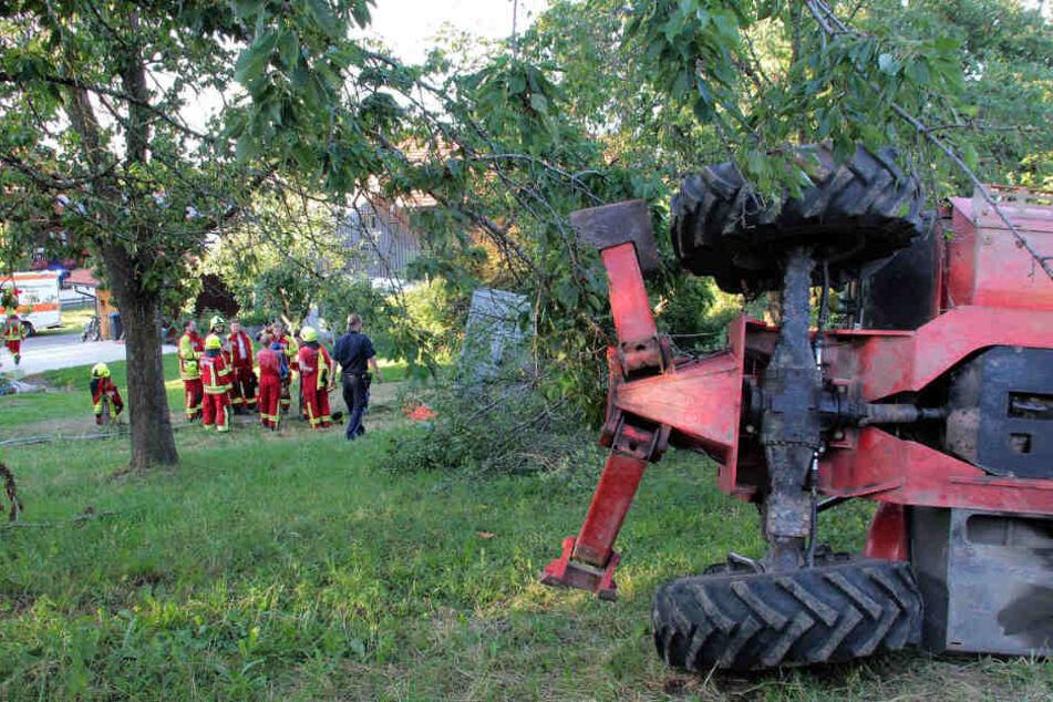 Eine umgekippte Erntemaschine liegt am Einsatzort. Während der Kirschernte sind dort fünf Menschen aus rund acht Metern Höhe gestürzt und dabei schwer verletzt worden.