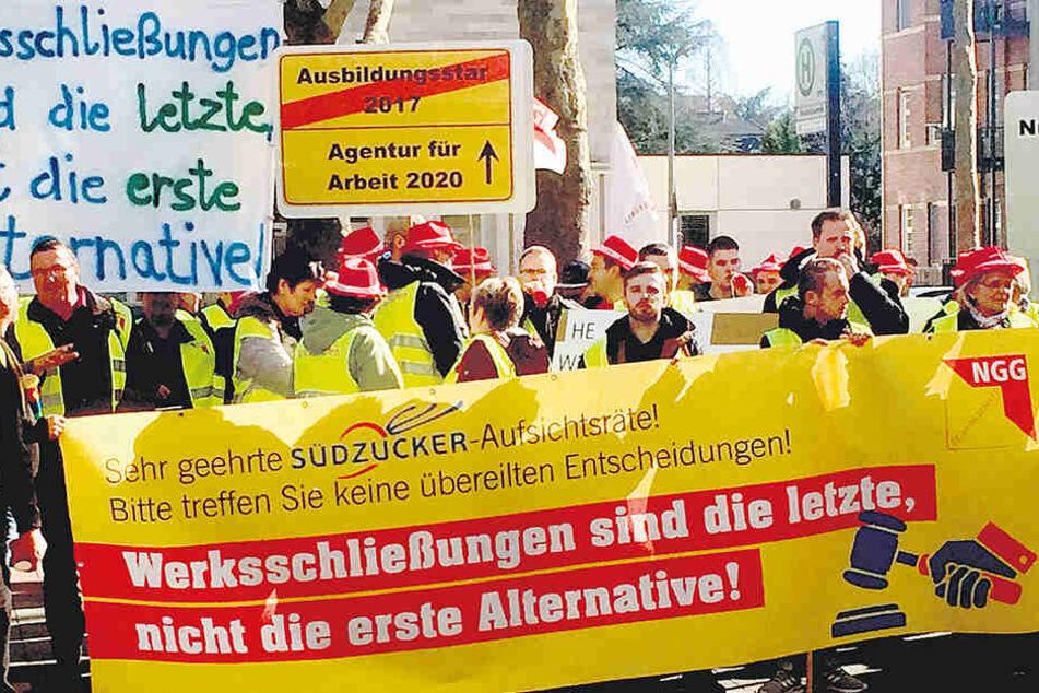 Mitarbeiter von Südzucker demonstrierten am Montag vor der Konzernzentrale in Mannheim gegen die geplanten Werksschließungen.