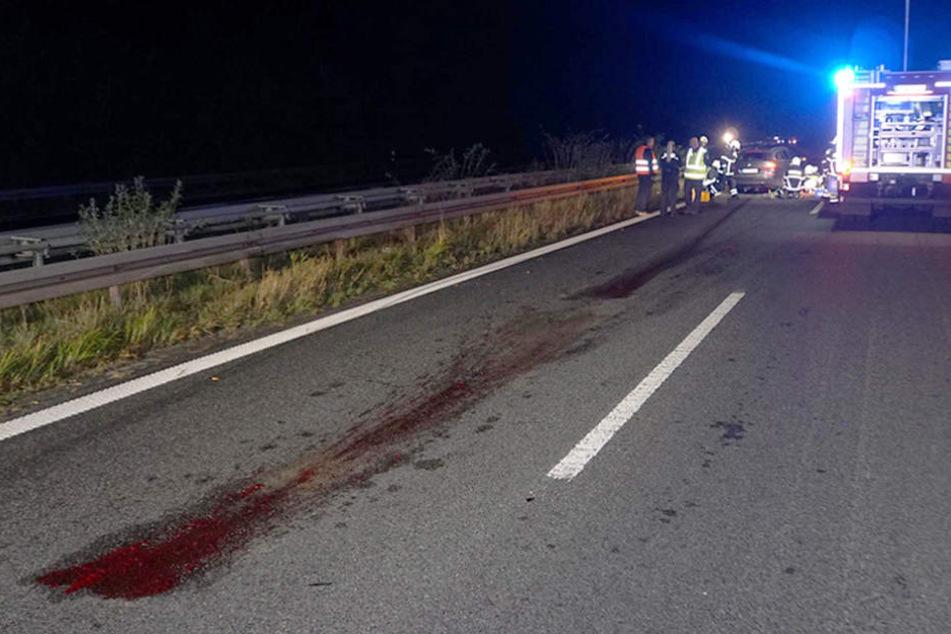 Das Wildschwein geriet unter einen BMW und wurde mitgeschleift. Eine Blutspur zeugt davon.
