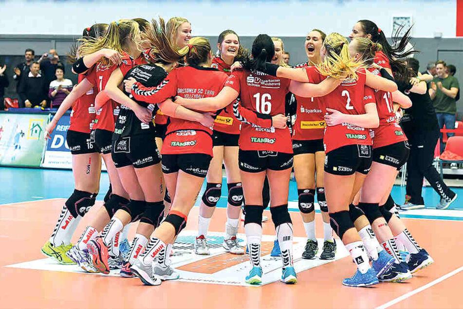 Tanzen die DSC-Volleyballerinnen auch heute nach dem Spiel gegen Schwerin im Kreis?