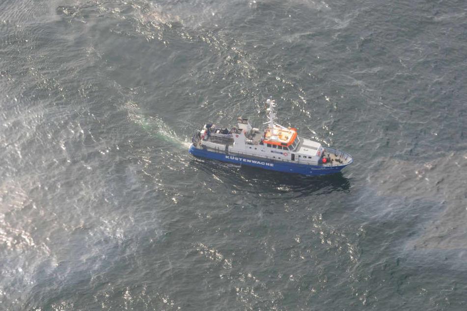 Ein Schiff der Küstenwache durchfährt den verschmutzten Bereich.