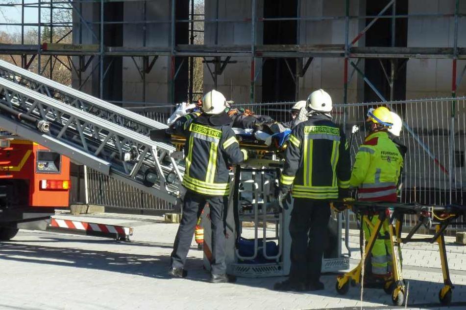 Der Verletzte wird vor der Feuerwehr abtransportiert.