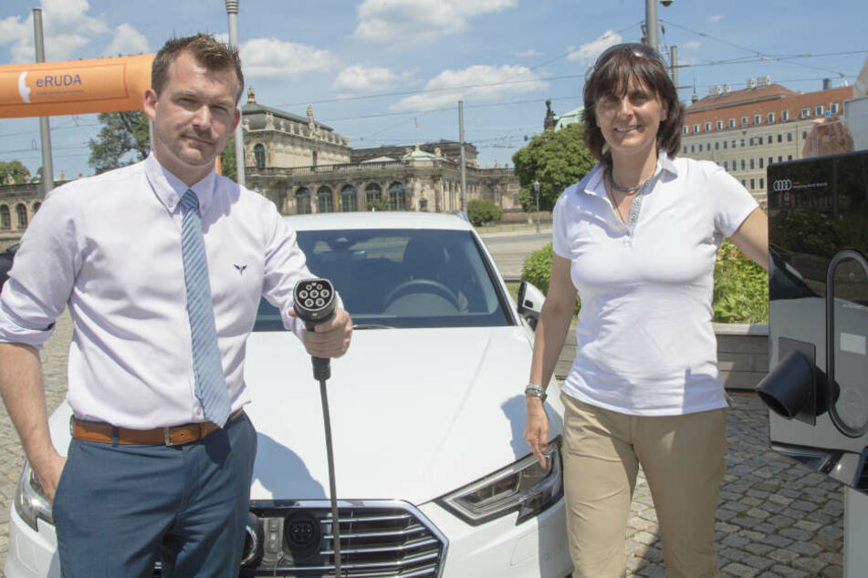 Verkehrsbürgermeister Raoul Schmidt-Lamontain (Grüne) und eMobil-Organisatorin Marita Hanse beim Strom tanken.