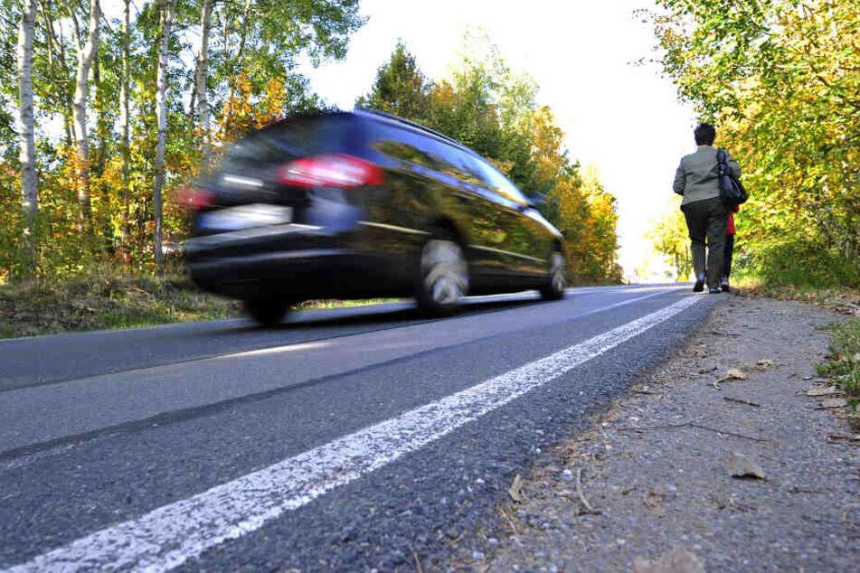Lebensgefährlich! Fußgänger müssen in der Unritzstraße den Fahrbahnrand als Gehweg nutzen.