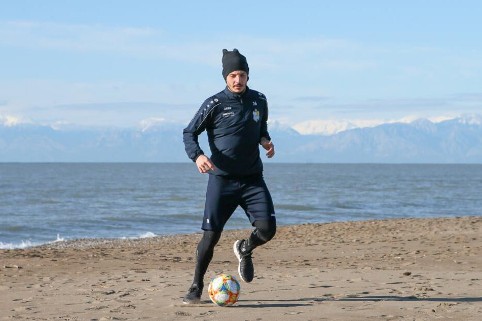 Torjäger Philipp Hosiner mit dem Ball am Fuß am Strand von Belek.