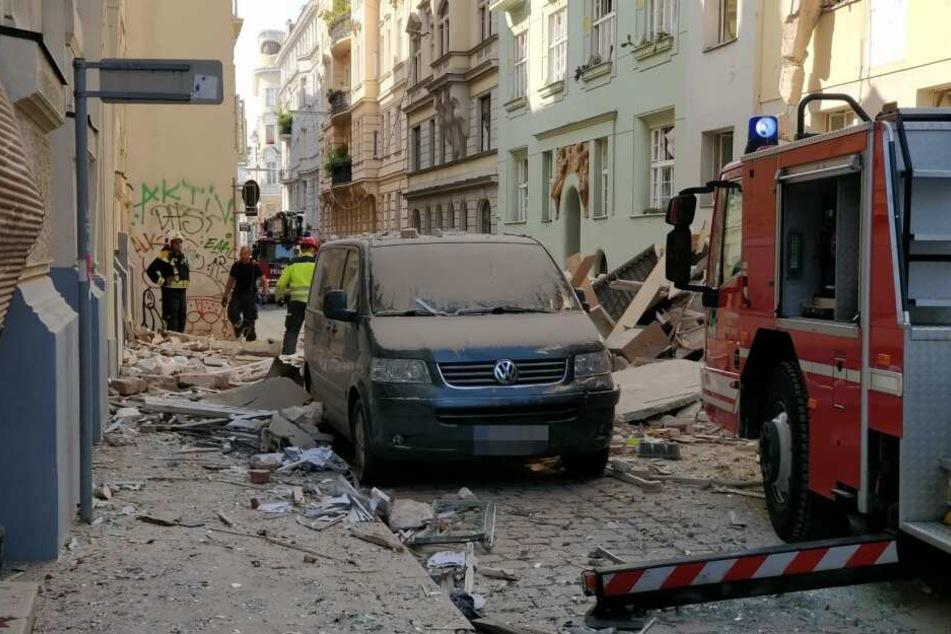 Schutt liegt nach der Explosion auf der Straße.