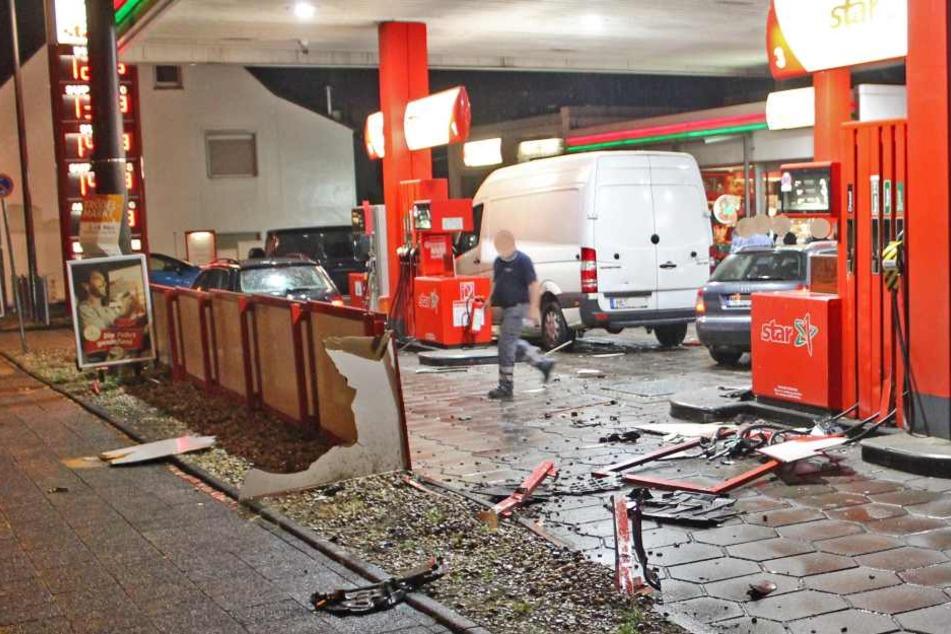 Der Autofahrer durchbrach den Zaun der Tankstelle.