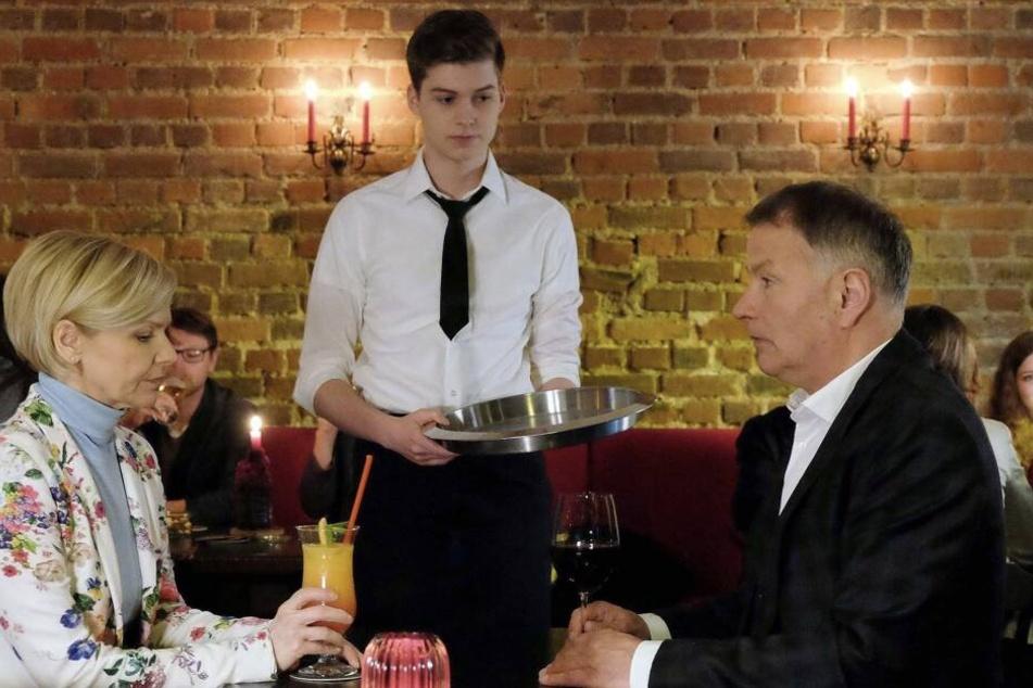 Sarah Marquardts Sohn Bastian jobbt in einer Leipziger Bar und wird entdeckt.