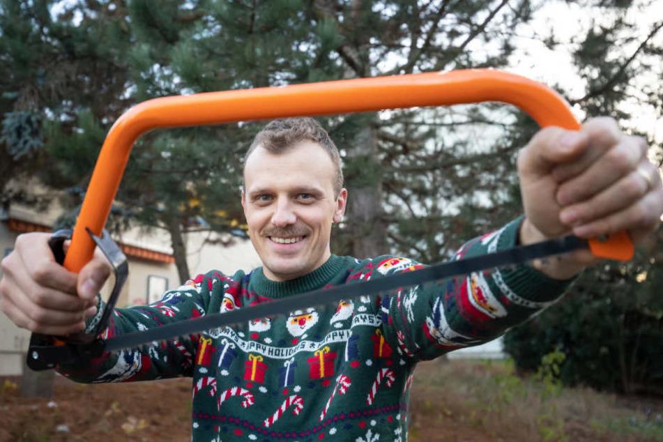 Für Weihnachtsfan Paul Mehlhorn (32) ist das Weihnachtsbaumschlagen im Wald Vater-Sohn-Tradition.
