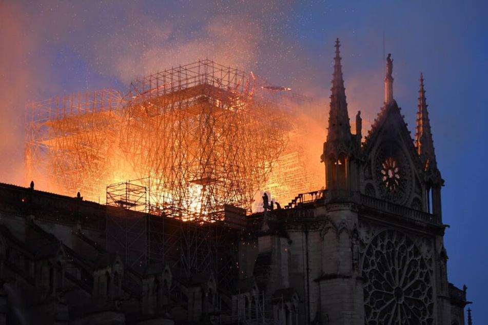 Flammen und Rauch steigen am 15. April aus der Kathedrale Notre Dame auf.