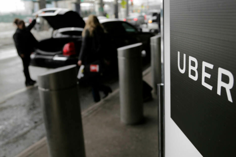 Uber-Abholpunkt am LaGuardia-Flughafen in New York: Die Taxi-Konkurrenz startet jetzt in Köln.