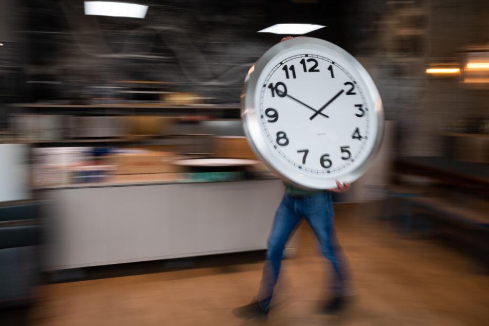 Um 2 Uhr wird die Uhr eine Stunde vorgestellt auf 3 Uhr.