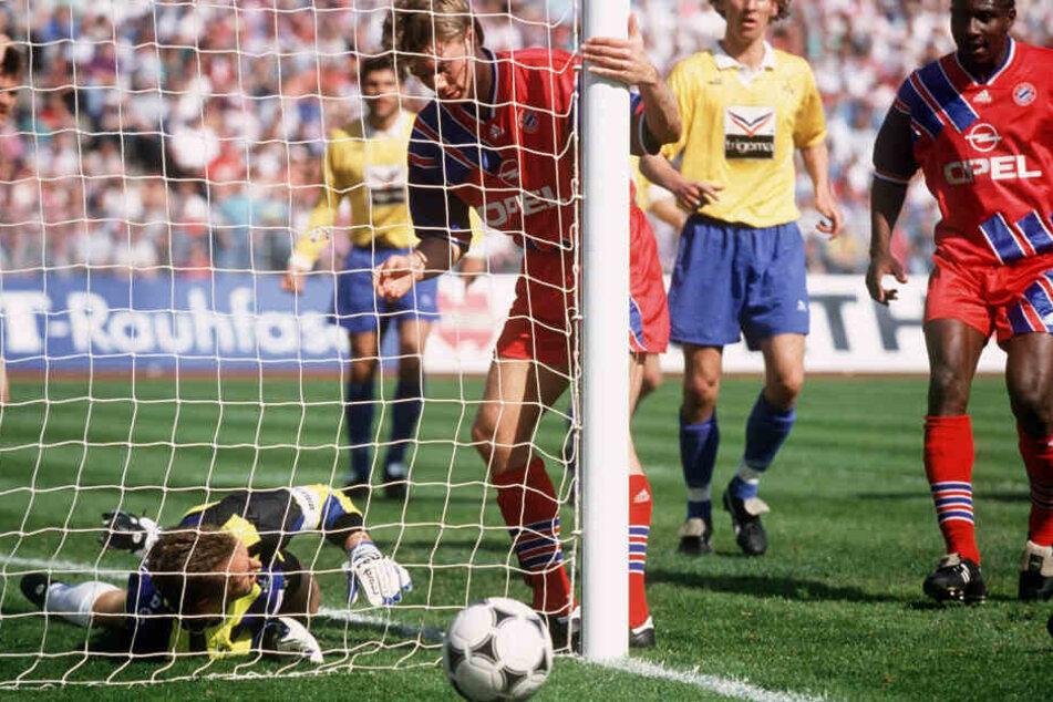 Klar drin. Helmer erzielt hier sein legendäres Phantom-Tor gegen den 1.FC Nürnberg, oder doch nicht?