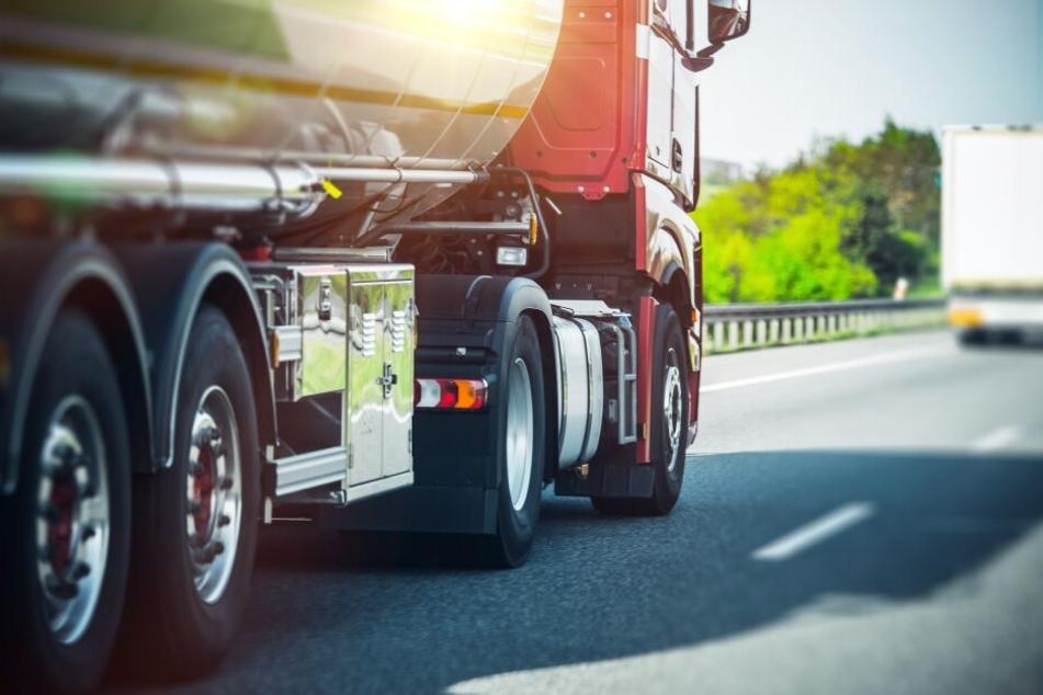 Der 26-jährige Alexander Seel war nach der Abgabe eines Notrufs nach einem Unfall auf der A2 von einem Lastwagen tödlich verletzt worden (Symbolbild).