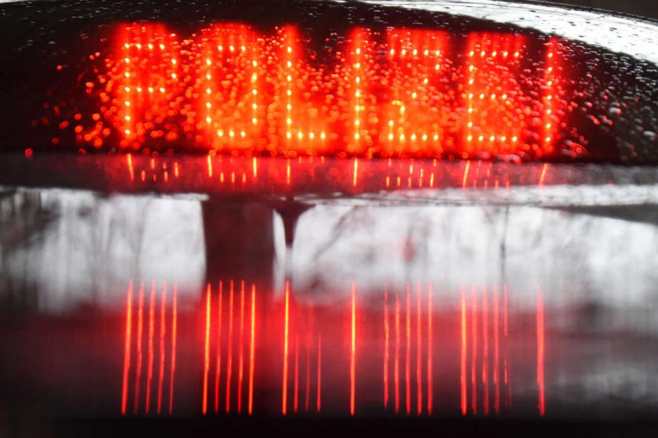 """""""Polizei"""" steht in roter Leuchtschrift hinter der Heckscheibe eines Videomessfahrzeuges der Polizei Freiburg. (Archivbild)"""