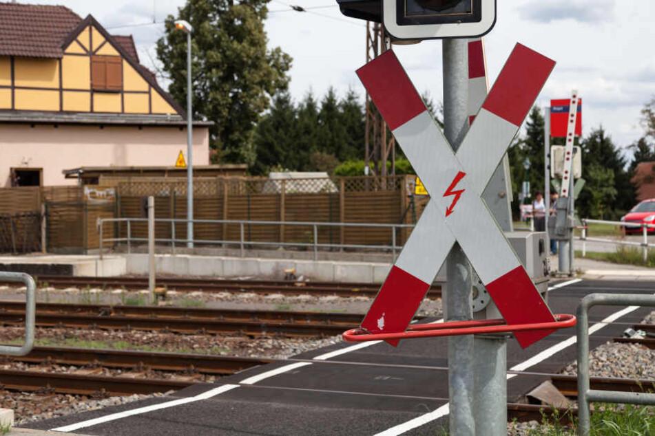 Das Unglück geschah an einem Bahnübergang mit Umlaufschranke (Symbolbild).