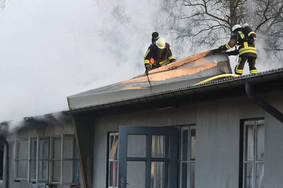 Mit vereinten Kräften löschten die Feuerwehrmänner den Brand in der Flüchtlingsunterkunft.