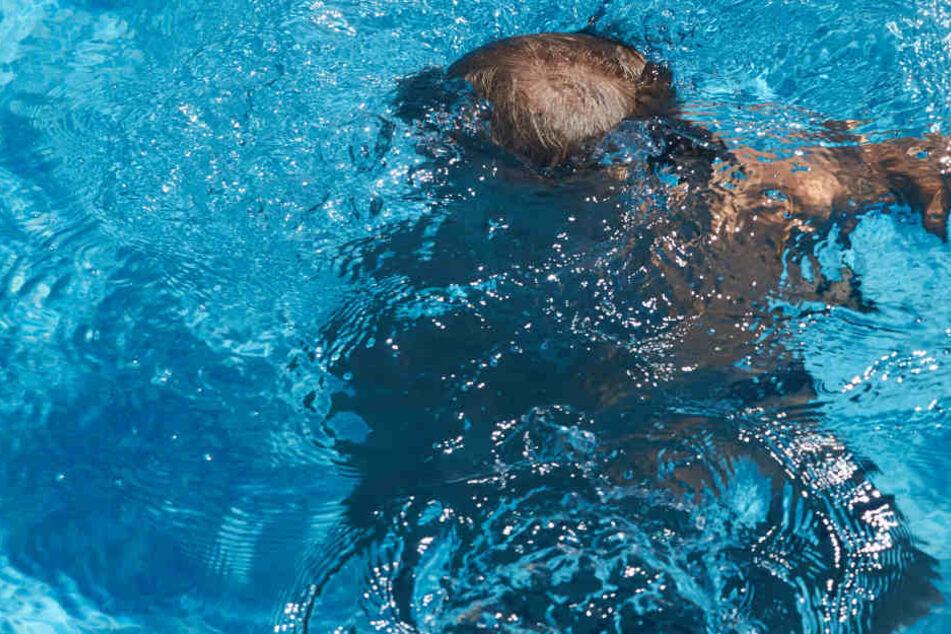 Horror im Schwimmbad: Junge (3) eine Minute unter Wasser, Fremder wird zum Helden