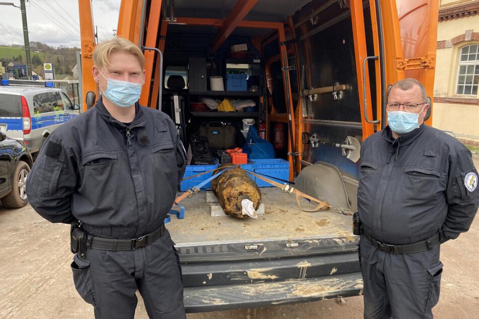 Stolz präsentierten die Mitarbeiter des Kampfmittelbeseitigungsdienstes die entschärfte Bombe.