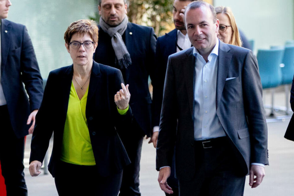 Annegret Kramp-Karrenbauer (l.) und Manfred Weber (r.) wurden abgebildet.