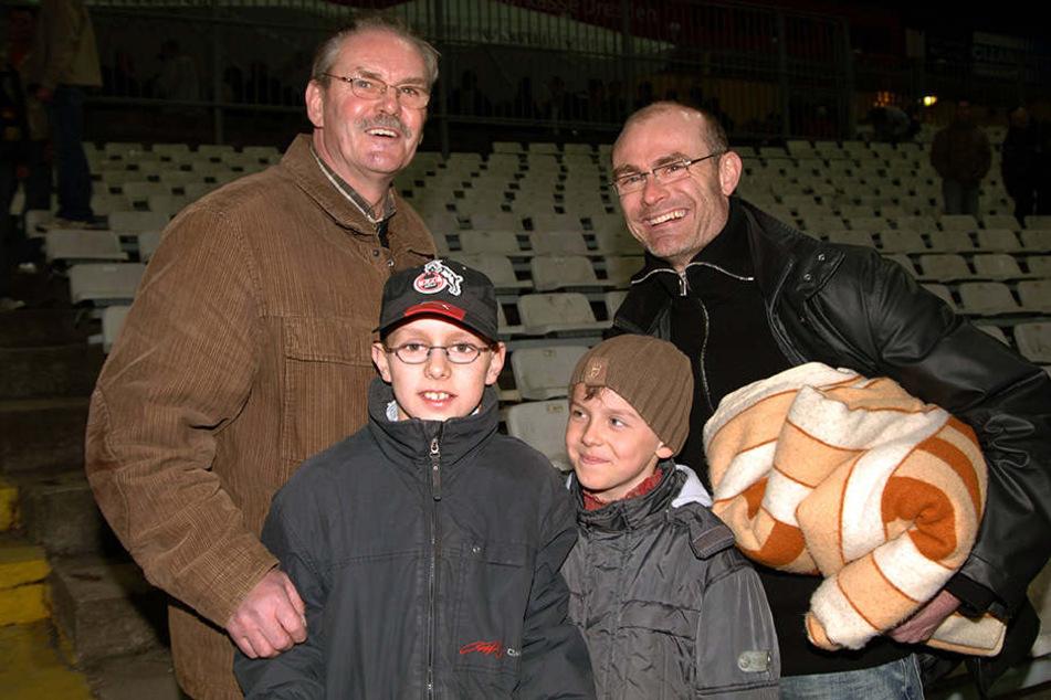 Drei Generationen Hauptmann: Reinhard (l.), Ralf und die Brüder Lukas und  Niklas im Jahr 2005 bei einem Dynamo-Spiel.