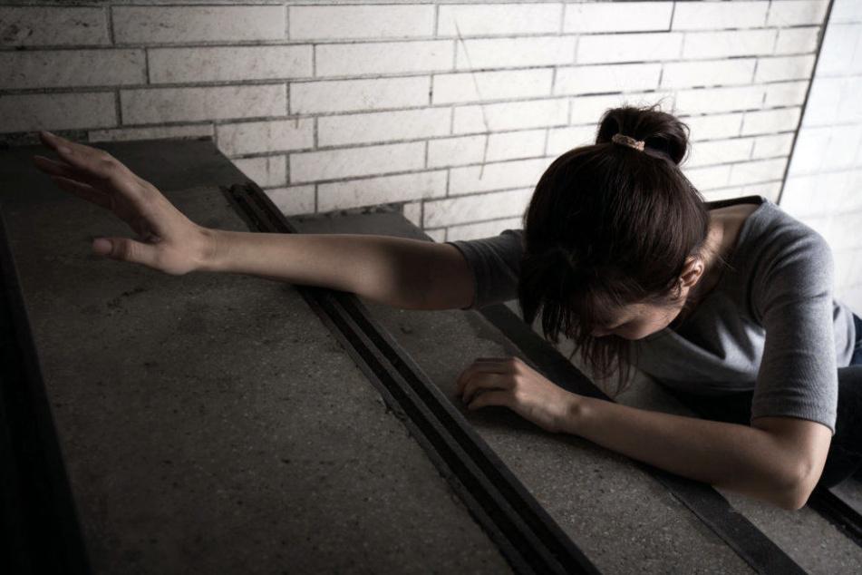 Der Mann schubste die Jugendliche die Treppe herunter. (Symbolbild)