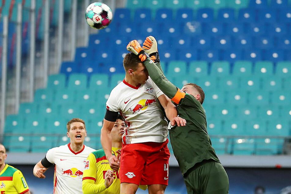 Kölns Torhüter Timo Horn (r., hier gegen Willi Orban) war in der ersten Halbzeit mehrfach gefordert, leistete sich aber auch Wackler.
