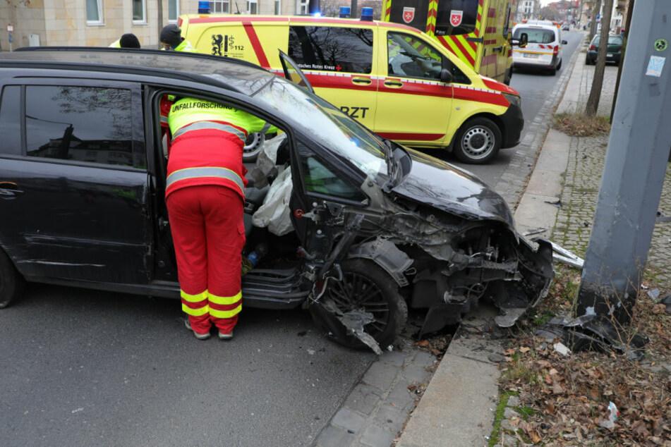 Opel kommt plötzlich von Fahrbahn ab und kracht gegen Mast