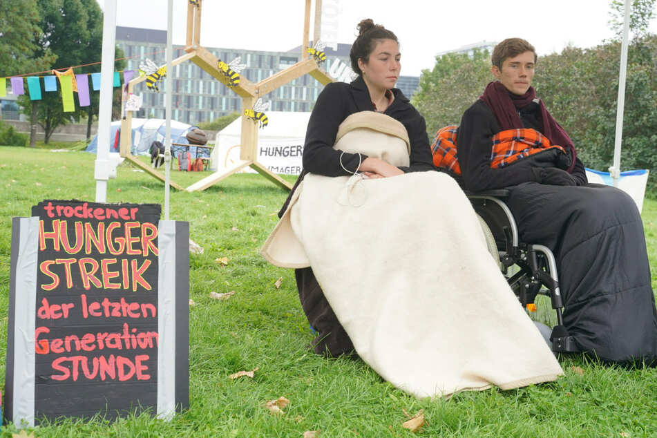 """Lea und Henning waren die verbliebenen Teilnehmer des """"Hungerstreiks der letzten Generation""""."""