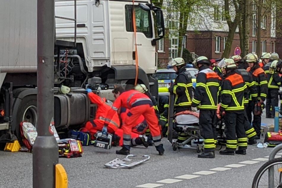 Schrecklicher Unfall in Hamburg: Radfahrerin von Lastwagen überrollt!
