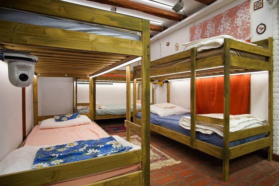 In Stockbetten werden die Promi-Paare auf engstem Raum miteinander nächtigen.