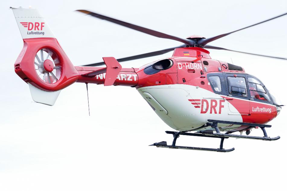 Eine 68 Jahre alte Frau kam per Hubschrauber ins Krankenhaus. (Symbolbild)