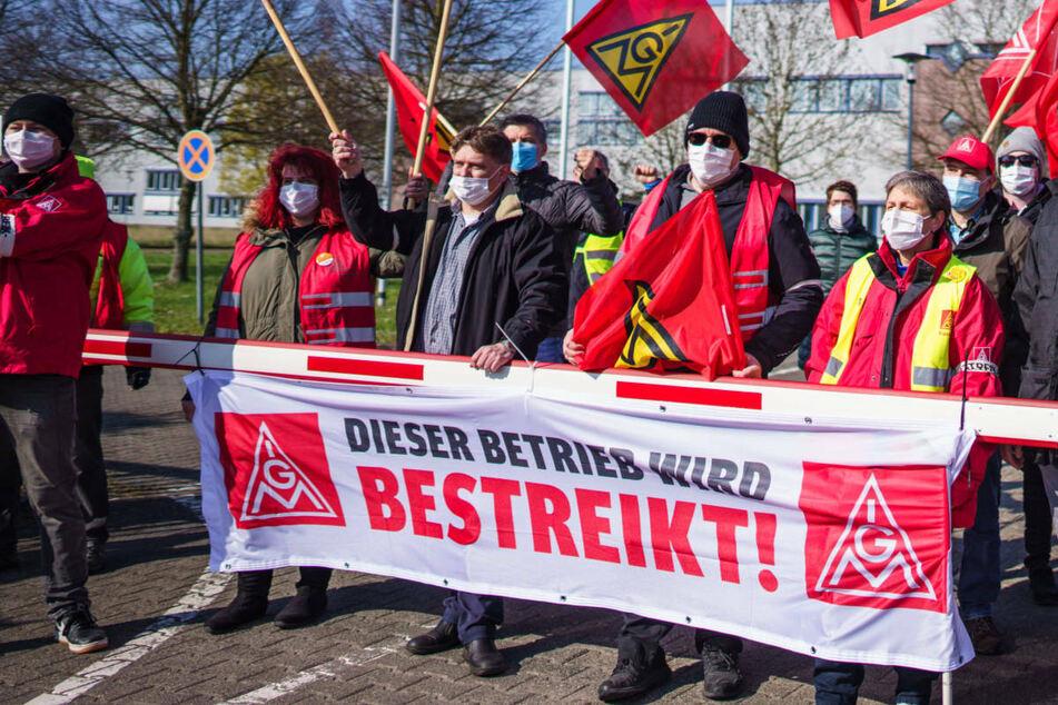 Nach Warnstreiks in Berlin, Brandenburg und Sachsen kehrt die IG Metall im Tarifkonflikt der Metall- und Elektroindustrie am Donnerstag an den Verhandlungstisch zurück.