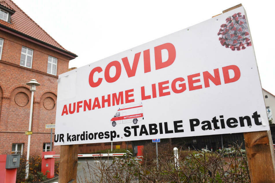 """Ein Schild mit dem Schriftzug """"Covid"""" steht auf dem Gelände des Krankenhauses in Demmin. Der Landkreis Mecklenburgische-Seenplatte wurde am Donnerstagabend als Hochrisikogebiet ausgewiesen."""