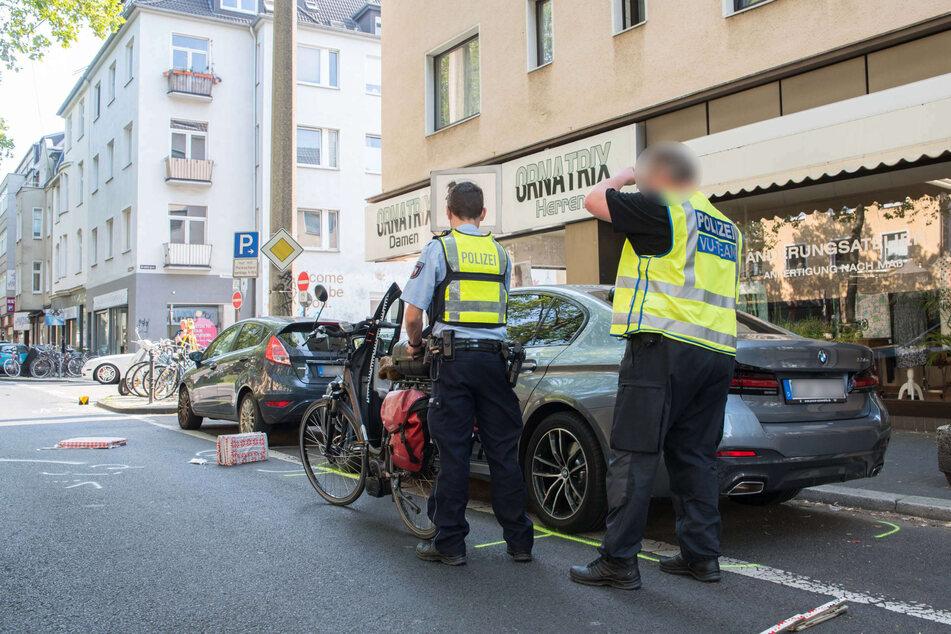 Ein Verkehrsunfall-Aufnahmeteam der Polizei sichert die Spuren am Unfallort an der Luxemburger Straße in Köln.