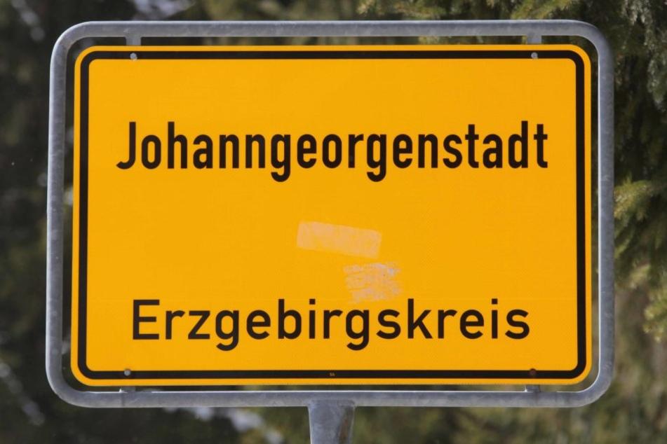 Polizisten hatten am Sonntagabend in Johanngeorgenstadt einen aufgespießten Schweinekopf entdeckt.