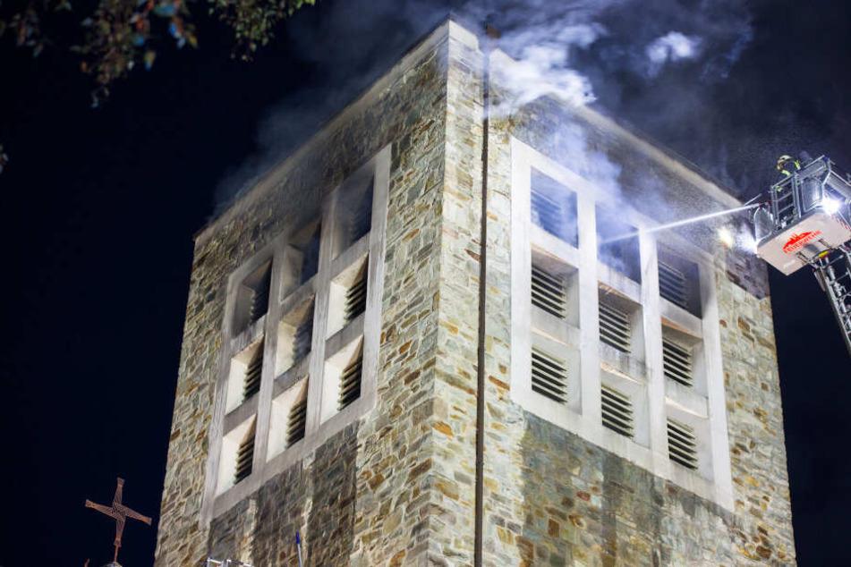 Die massive Bauweise des Turms bereitete der Feuerwehr Probleme.