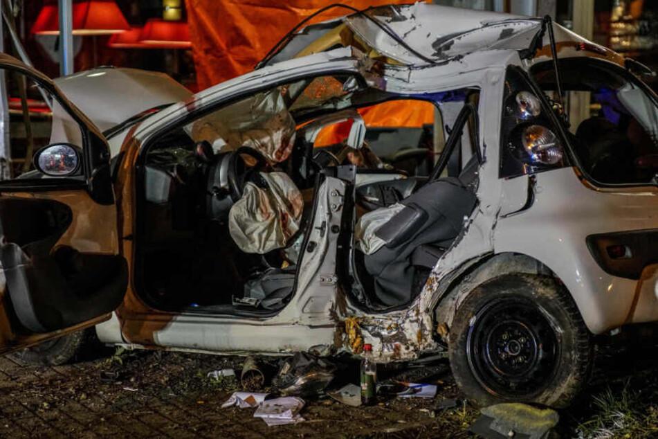 Nach dem heftigen Unfall war der getroffene Kleinwagen massiv beschädigt.