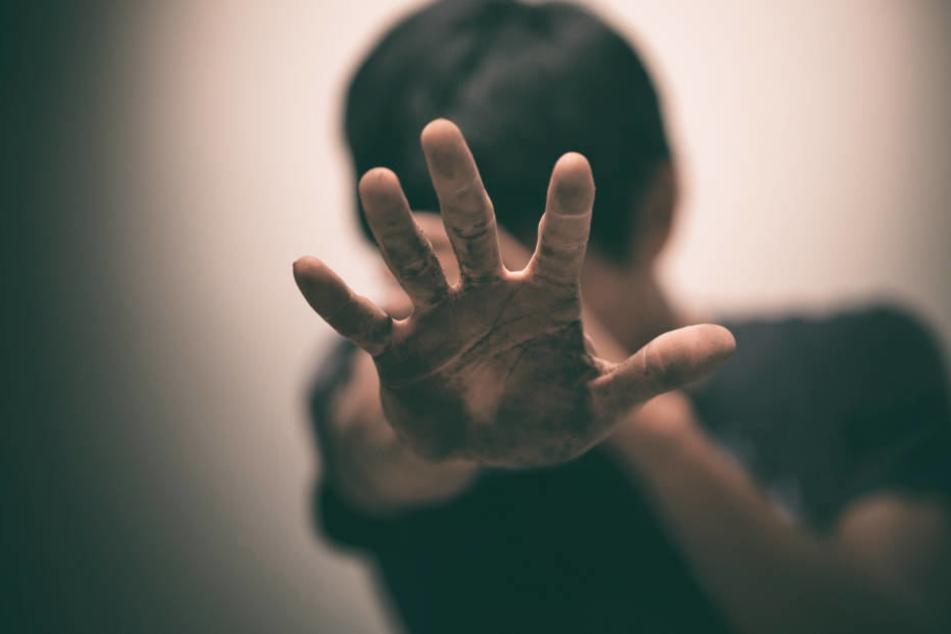 Faustschläge und Tritte: Schlägertruppe prügelt zwei Jungs (13) krankenhausreif