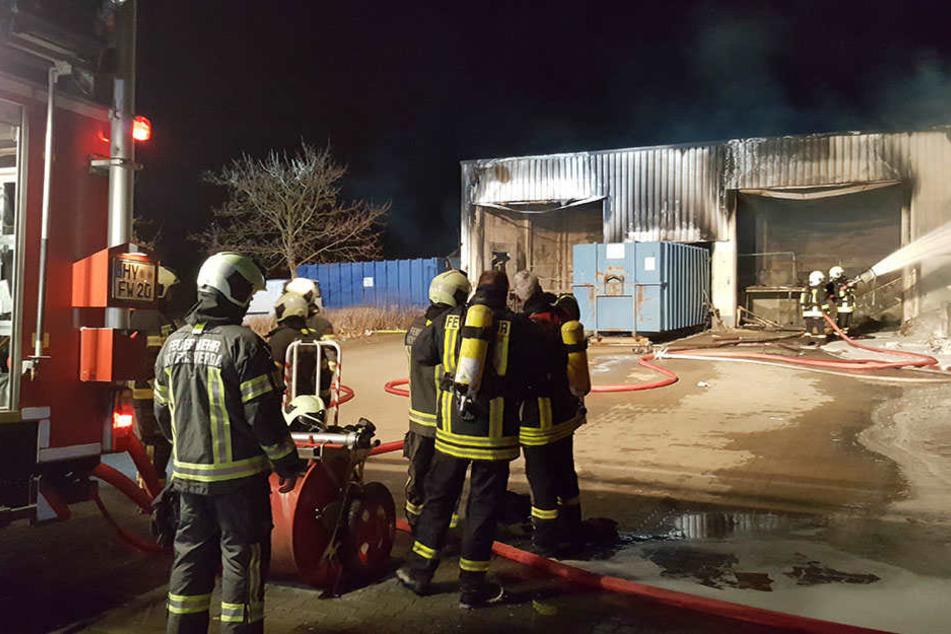 Eine Lagerhalle in Hoyerswerda fing Feuer.