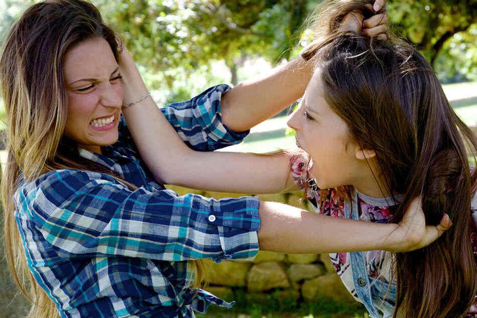 Frau attackiert andere Frau auf offener Straße - akute Lebensgefahr!