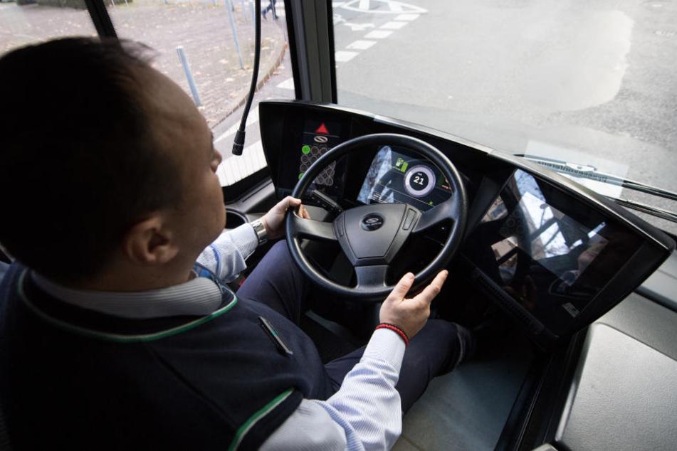 Der Busfahrer wurde aus seinem Fahrzeug gezerrt und mit der Waffe bedroht.
