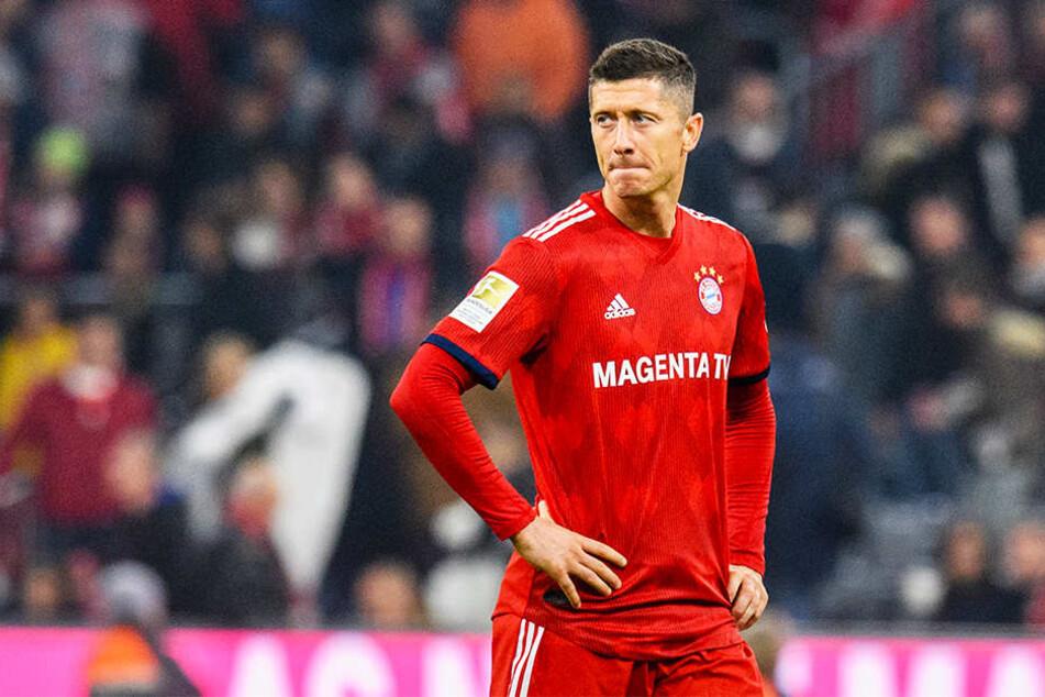Leerer Blick: Robert Lewandowski schaut betreten und verständnislos nach dem 1:1 gegen den SC Freiburg in der Allianz Arena um sich.