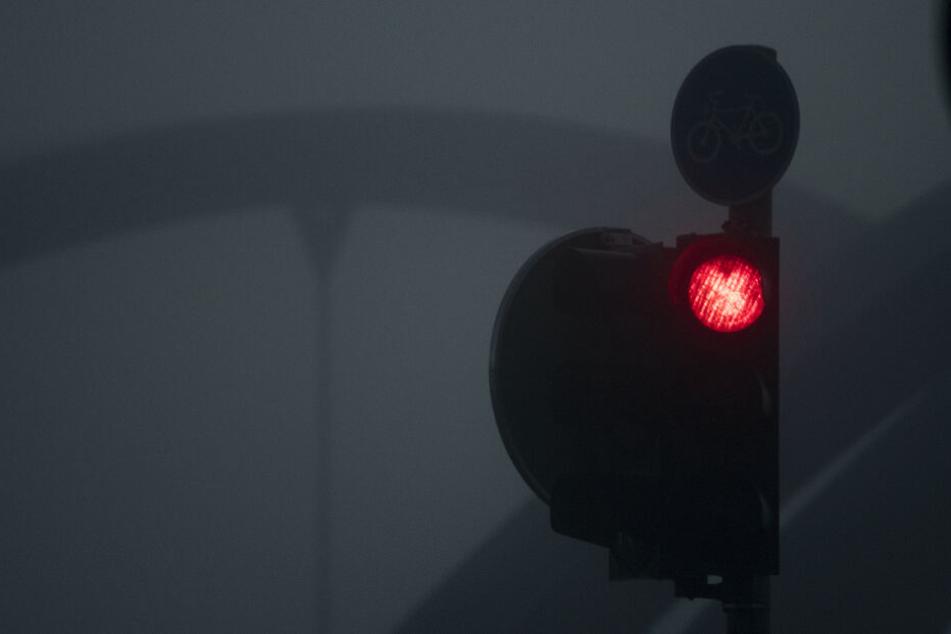 Der Junge lief trotz der roten Ampel über die Straße. (Symbolbild)